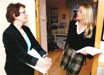 Ulla-Britt Svenssons lämnar över till Attendos Lena Book.