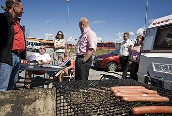 Det fanns grillad korv till de strejkvakter som var sugna. I förgrunden Peter Marcus och Tord Almlöf. Vid bordet sitter Tom Meltzer och Helena Persson.