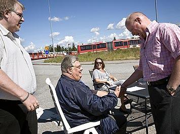 Jan–Erik Persson och Tord Almlöf hälsar på Anders Ekestang som är hos strejkvakterna när han egentligen skulle ha haft fridag.