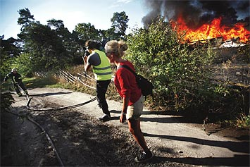 Brandmännen i Visby har hela sommaren haft ett teveteam i hasorna. Här Kanal 5:s Julia Malmvall med filmare.