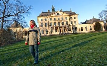 Tankarna försvinner i väg när Charlotta vandrar iväg mot ekskogen vid slottet Bjärka-Säby.