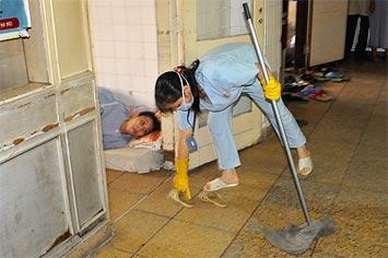 Halva sjukhuset i Uong Bi städas numera av privata städbolag.