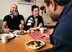 HEMLAGAT OCH KÖPT. Ramadan Abu Jahel och Lina Sandén sitter vid soffbordet och äter, Samer Saad har handlat kalops.
