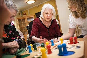 Kerstin Rundberg är glad att ha någon att spela sällskapsspel med.