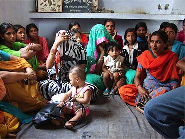 Allt farre flickor fods i indien
