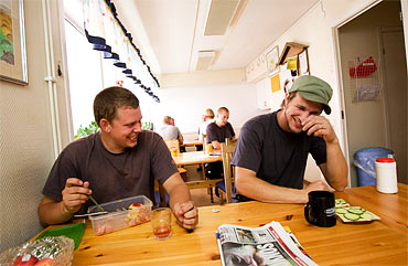 Fikarast i Roslagsbostäders lunchrum. Thomas, till vänster, skrattar med kompisen Joachim Österman.