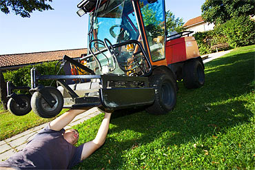 Klipparen behöver justeras igen. Thomas är tvungen att lägga sig ner och krypa halvvägs under maskinen.