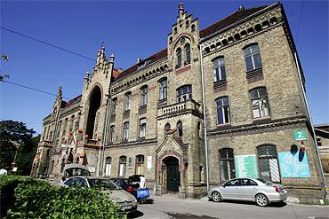Rigas äldsta sjukhus ligger på åtråvärd mark, mitt i Riga.