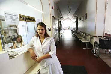 Korridoren är öde, Estere Budraite vet inte om hon får jobb på det barnsjukhus i Riga hon sökt till. Om ett år är hon klar med studierna till sjuksköterska.