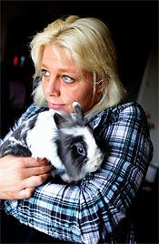 - Huvudsaken jag får ett jobb, säger Linda Durichen, här med kaninen Snoppe.