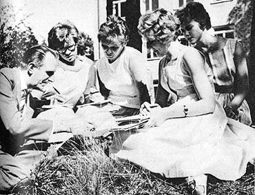 Sällan har en ombudsman så angenäm frågestund som här Evert Sahlén i fager flickkvartett. De frågvisa flickorna är Elina Olausson, Gällivare, Svea Krantz, Vänersborg, och Iréne Kask-Johansson, Brålanda. KA nr 18/1962.