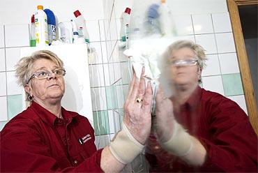 Arbetsgivaren ska erbjuda heltid till alla, anser Margaretha Larsson. Själv jobbar hon 90 procent, ett skäl är att det är svårt att lägga ett schema på heltid.
