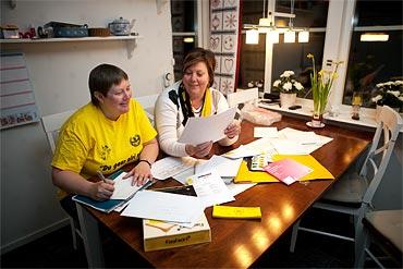 Mjällbysupportrarna Cicci Haglund och Boel Holmström. Allt styrelsearbete sker på fritiden.