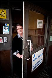 Sirkka-Liisa Hedström ser hur allt fler skötare ersätts av sjuksköterskor.
