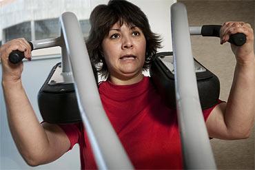 Här får sig Ann-Cathrins armmuskler en duvning. Snart är träning en naturlig del av hennes vardag.