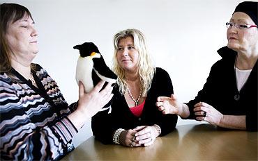 När pingvinen kommer till Gunilla Sundvall är det hennes tur att tala. När Veronica Sundberg och Tori Rubenzon lyssnar känner sig Gunilla stärkt.