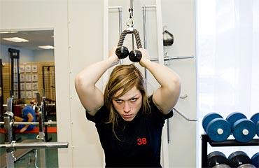 16.30 Mer träning. Den här gången i gymmet. För att klara av det tunga jobbet är det viktigt att man är vältränad.