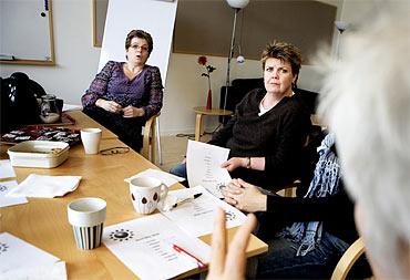 Gruppen Barns hälsa diskuterar de aktiviteter som ska hållas under våren i Biskopsgården. På bilden syns samordnaren Pia Johansson och Anita Werner.