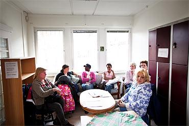 Riitta Eddib, längst till höger, tillsammans med personal från den enda kommunala hemtjänstgruppen som finns kvar i stadsdelen.