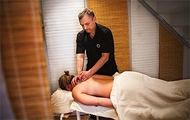 Christer Uggla utför klassisk massage på KAs reporter.