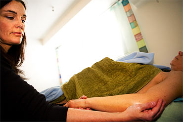 Tatjana Jacobsen jobbar med strykningar i sina behandlingar.