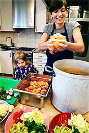 Lax är gott! Karolina Sparring lassar i barnens favoritfisk i soppan.
