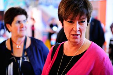 Ylva Thörn och Mona Sahlin på Kommunals kongress.