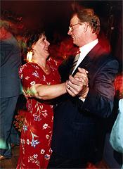 Ylva Thörns kommentar: Kongressfesten i Göteborg samma dag som valet avgjordes. Alla journalister ville föreviga dansen med Sten Törnblom.
