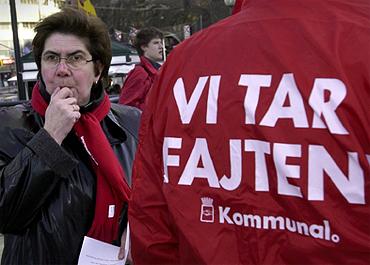 Ylva Thörns kommentar: Detta kort togs troligen den12 mars 2001. Vi hade en stor samling på Münchenbryggeriet för förtroendevalda och gjorde en demonstration, gick från Münchenbryggeriet till Slussen hela Hornsgatan fram 600-700 personer, jättehäftigt.