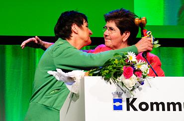 Nyvalda ordföranden Annelie Hellander får en kram av Ylva Thörn på Kommunals kongress 2010.