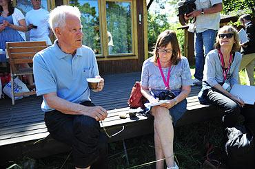 Ingvar Carlsson på sommarställets veranda under de rödgrönas presskonferens.