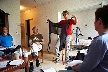 Arbetsterapeuten Jessica Larsson demonstrerar en lyftsele för Magdalena Gorgul, Lennart Axelsson och Helena Sjöstrand.
