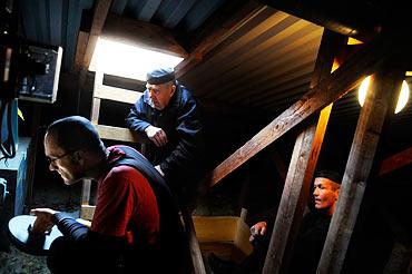 11.08 Lars Bohman kontrollerar en ventilationstrumma tillsammans med sotarna Pelle Modig och Teppo Ollila.