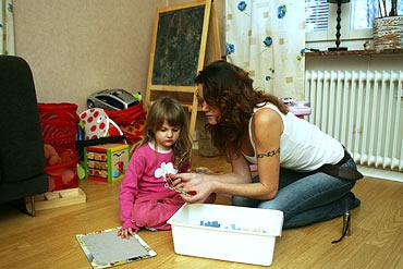 Svitlana Kisilevych ser försäkringspengarna som en hjälp på vägen till ett bättre liv. Här lägger hon pussel  tillsammans med yngsta dottern Alexandra Olofsson, som just nu mår lite bättre.