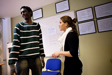 Filmon Josef och Rebecca Beccosh Quidel rollspelar under en ART-lektion.
