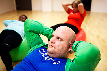 Magmuskler utmanas under vinnarnas första lektion med sit ups på boll.