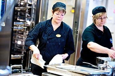 Eva Widén och Annette Skogsmark lagar mat. Annette, till höger, är en av dem som ska få kockutbildning på jobbet.
