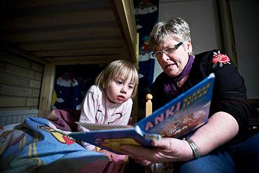 Karin Bergman läser saga för Ebba.