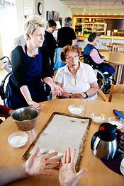 Undersköterskan Marina Falck och Kerstin Johannisson bakar kakor till förmiddagskaffet. De använder ett stort bord i matsalen för att alla som vill baka ska få plats.