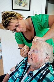 """Kajsa Kristensson målar ögonbrynen på Eleonora """"Nora"""" Edenbrandt. Nora har själv arbetat som både sjuksköterska och verksamhetschef på boendet."""