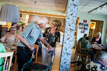 Bruno Lövik är snabbt klar med lunchen och ska ut på promenad. Aida Tegeltija ser till att allt är bra innan han ger sig iväg. Matsalen är full av aktivitet. Personal, boende och besökare pratar och äter. Ett tiotal pensionärer från området är på besök för att äta lunch i Tubbes restaurang.