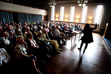 Mycket folk, cirka 100 kvinor kom till säsongens första måndagsträff i?Göteborgs kvinnliga diskussionsklubb.