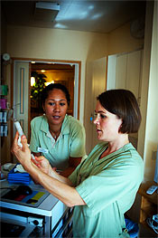 På en palliativ avdelning blir arbetskamraterna viktiga. Sjuksköterskan Maria Petit (th) är en kollega som betyder mycket för Rosanna Alex.