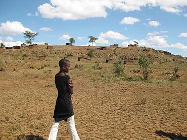 Några små lerhus på en kulle. Mer än så är inte byn Katorongot.