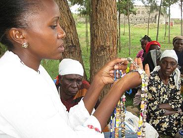 Wendo Aszed inspekterar de senaste halsbanden som kvinnokollektivet gjort. Hon hjälper till lite med försäljningen och vet vad som säljer bäst.
