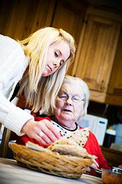 En av de två boende får mat av Sofi Berggren.