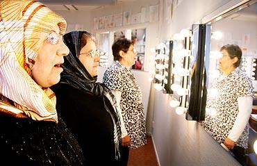 Amineh Eskandar(närmast), Fouzia Amirashgeri och Badria Banan tittar i spegeln hur munnen ser ut när de uttalar vokaler.