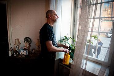Göran Rosengren vattnar blommorna.