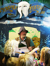 Bob Knight spelar dockteater om den blyga draken som bestämmer sig för att röva bort en prinsessa för barnen.
