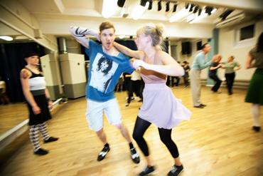 Sebastian Selberg och Annelie Sandström dansar lindy hop.